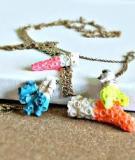 Mùa hè đi biển nhặt san hô làm vòng đeo cổ