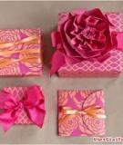 Tỉ mẩn làm hoa xinh đính gói quà tặng mẹ yêu