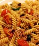 Dồi dào năng lượng mà không sợ tăng cân với Pasta xào mực xốt cà chua