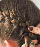 Tạo mái tóc xoăn zig zag chỉ bằng tết tóc