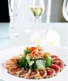 Cá ngừ lăn tiêu tái kèm salad rau càng cua