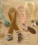 4 bước làm bookmark xinh yêu từ dây ruybăng