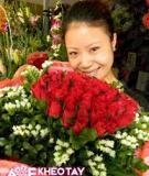 Tận dụng của giấy bó hoa cũ để cắm bó hoa mới