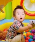 Giúp trẻ 1 năm tuổi học cách chơi với đồ chơi