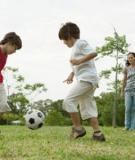 Cha mẹ cần khuyến khích trẻ thường xuyên chơi đùa và vận động