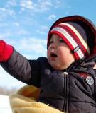 Tránh mặc áo khoác quá ấm cho trẻ trong mùa đông