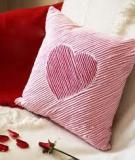 Tỉ mẩn may gối trái tim ấm áp dành tặng 'ai kia'