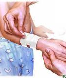 Cách sơ cứu cho trẻ bị dằm, chảy máu, đứt tay và trầy da