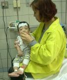 Nhiều bà mẹ xử trí sai khi con bị sốt
