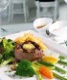 Thăn bò nướng dùng kèm xốt vang đỏ và xốt nấm