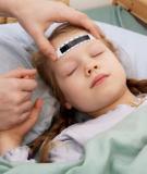 Trẻ bị sốt cao thường do nguyên nhân nào?