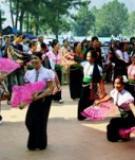 Nét đẹp bản Áng Đến với bản Áng, xã Đông Sang, huyện Mộc Châu, tỉnh Sơn La, du khách được hòa mình vào thiên nhiên thơ mộng của núi rừng trùng điệp, đắm chìm trong hương sắc văn hóa truyền thống của đồng bào dân tộc Thái. Điều thú vị nhất của du lịch sinh