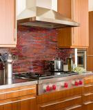 Tận dụng nóc tủ bếp để lưu trữ và trang trí