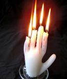 Làm tượng sáp nến hình bàn tay kinh dị cho đêm Halloween